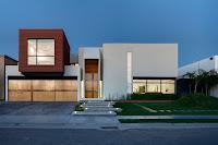 foto fachada de casa moderna bonita con formas cuadradas, foto tomada sin sol