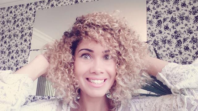 fiz um teste no meu cabelo com dois cremes diferentes, só que não queria fazer a resenha deles individualmente já que os resultados achei super parecidos e para confirmar isso decidir dividir o cabelo no meio e passar de um lado e Seda e do outro o Creoula.