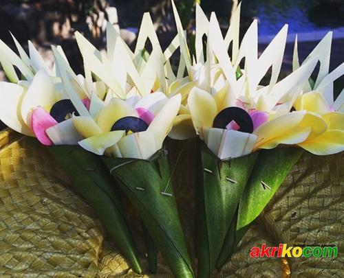 Makna Kewangen Sebagai Simbol Ogkara dan merupakan simbol dari Tuhan dalam Manifestasinya sebagai Tri Murti