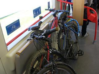 tranvía de zaragoza bicicleta carritos sillas de ruedas