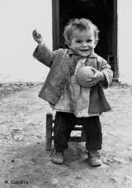 Resultado de imagen de El niño pequeño busca la pelota con la mirada