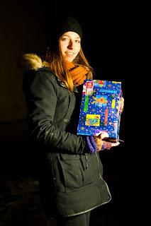 Mirela Enea mit dem 6.000.000 Schuhkarton