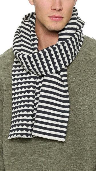 Bufanda de lana con punto grueso, blanco y negro, con estampado trival y rayas.