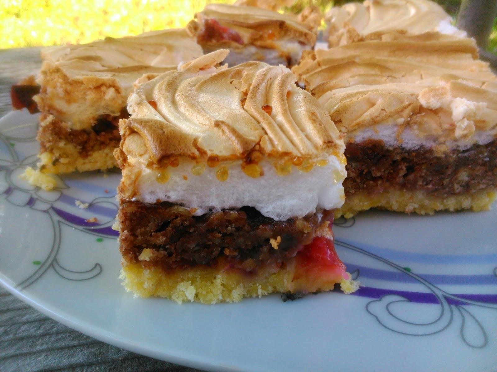 Skubaniec vel pleśniak - kruche ciasto z bezą i owocami.