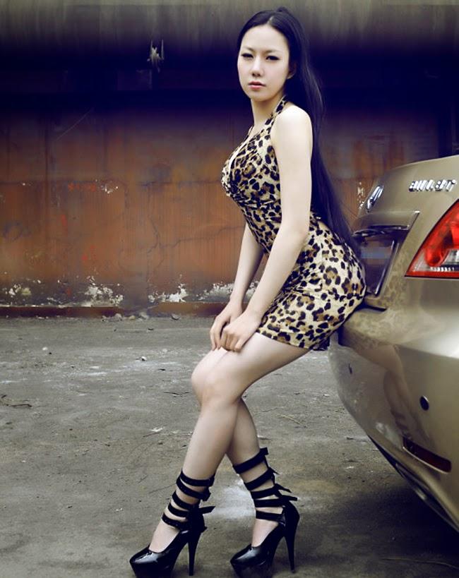 Chân dài xinh đẹp với vòng 1 căng tròn bên xe hơi