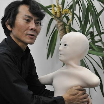 Profesor Iroshi Ishiguro con el androide Telenoid R1 - Japón