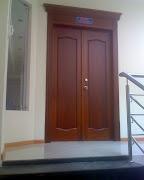 Puertas principal de cedro con cornizas y tapamarcos y vidrio decorado