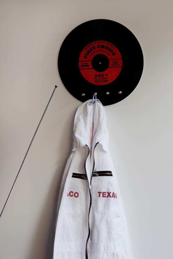 skiva, lp-skiva som klädhängare, ginza, texaco, overall, garage, inredning i garaget, 50 talet, 60 talet, rock n roll prylar, nostalgi prylar