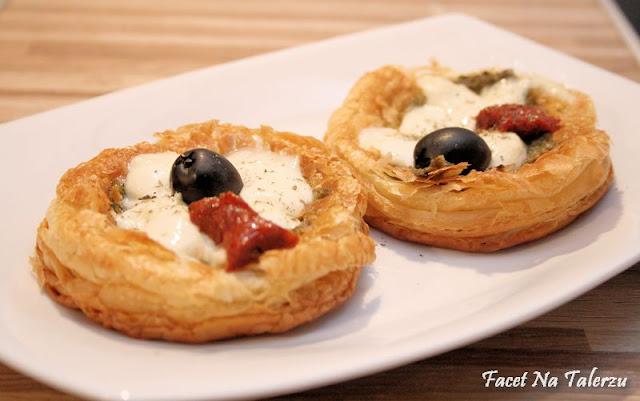 Mini tarty z pesto, mozzarellą i suszonym pomidorem