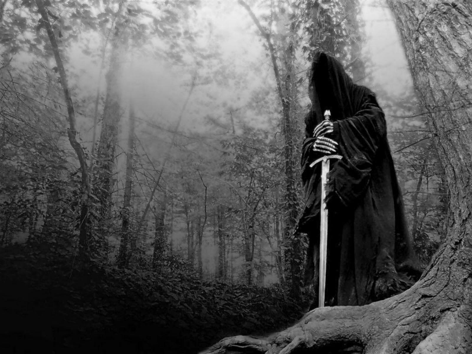 Imagen de un ser obscuro, cual muerte, de pie en un bosque y apoyándose sobre una espada larga.
