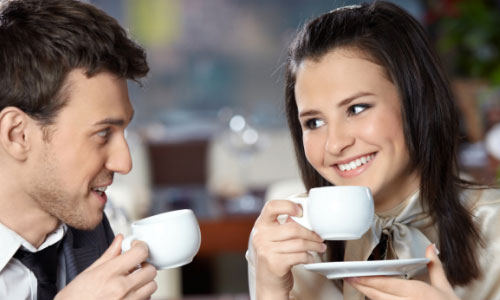 8 Things a Girl Expects on a First Date , man woman drink coffee holding cups love romance attraction