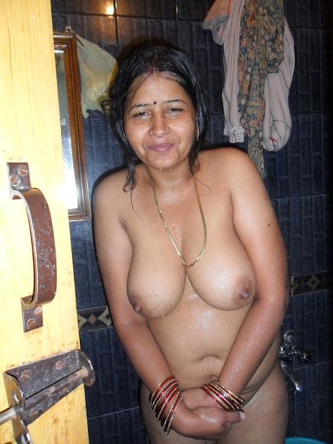 Bengali Aunty bathing wet look