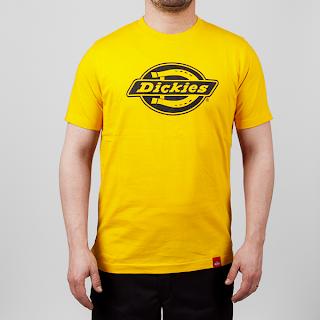 Gul t-shirt med Dickies-logo.