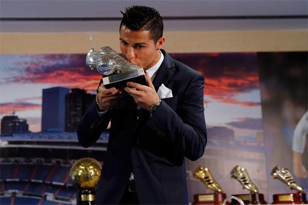 Cristiano Ronaldo máximo goleador de la historia del Real Madrid trofeo