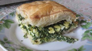 кусочек пирога со шпинатом и сыром