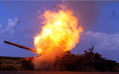 tanque en llamas en Ajdabiya y Bengasi en Libia