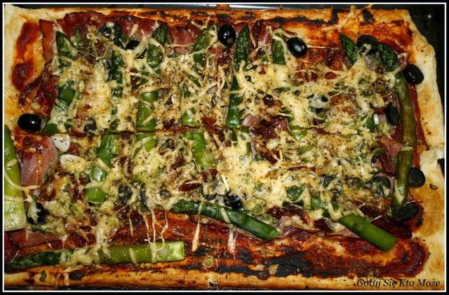 Pizza ze szparagami na francuskim cieście