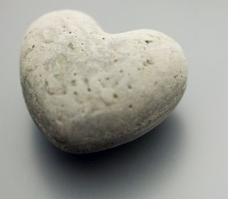 http://1.bp.blogspot.com/-9G-GOedln48/Tdv5zxEAQwI/AAAAAAAAIU4/0zO7klYYhe8/s1600/coracao-de-pedra.jpg