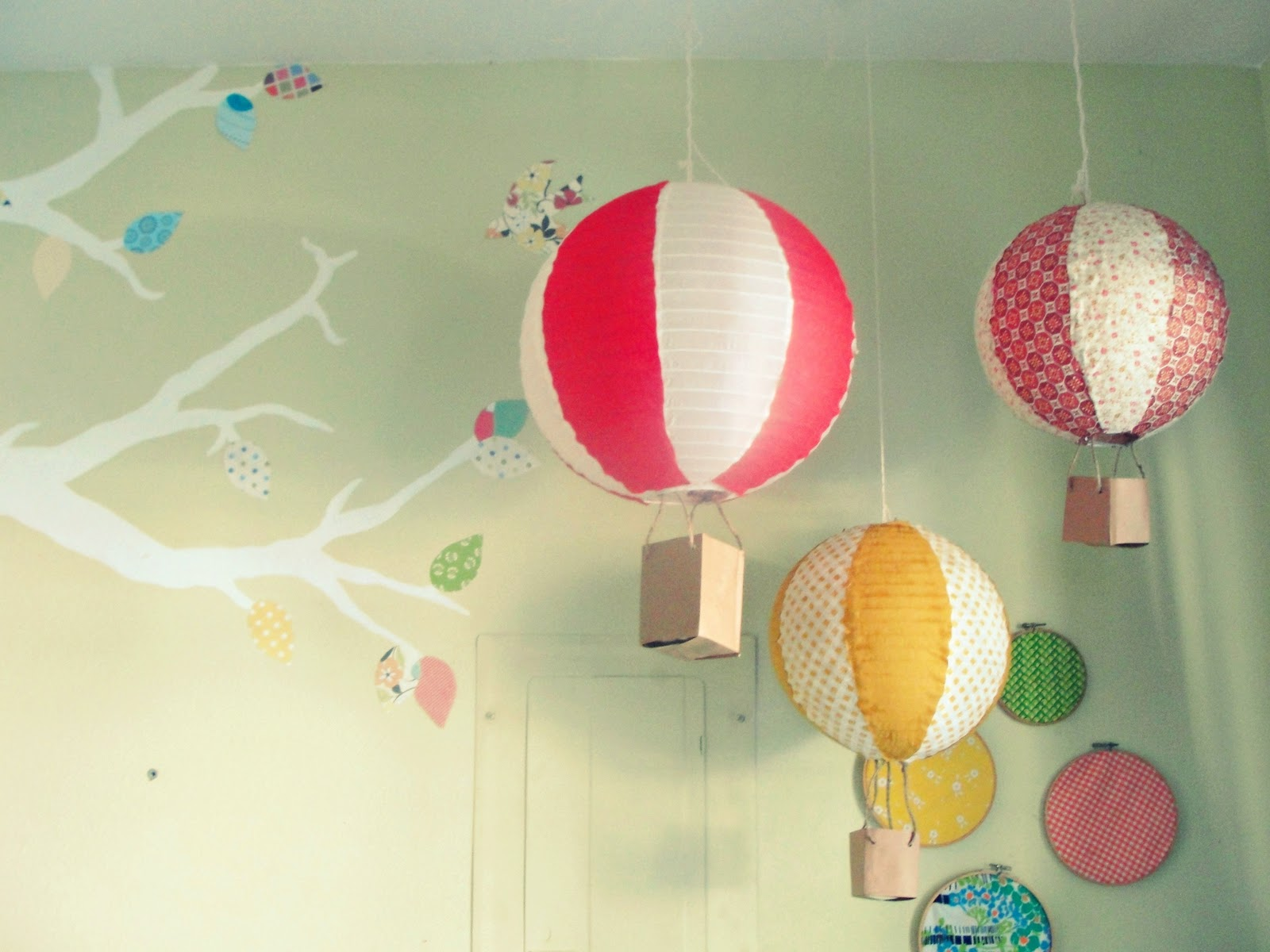 paper hot air balloons Invite wedding guests to fly away with you thanks to these hot air balloon paper lanterns.