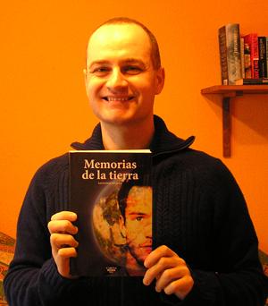 Carlos del Río con Memorias de la Tierra, de Salvador Medela