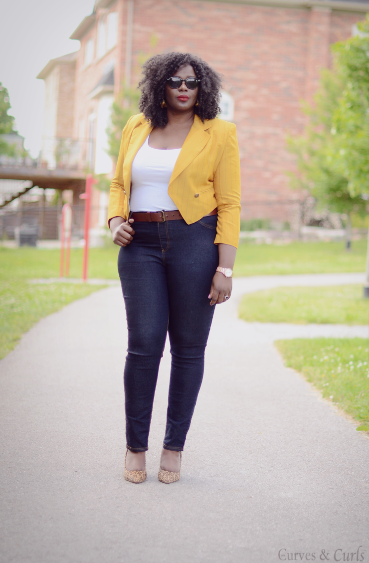 French curves Plus size style how to wear a #mustard blazer. Waist length jacket #curves #tendance #mode #ronde #plussize