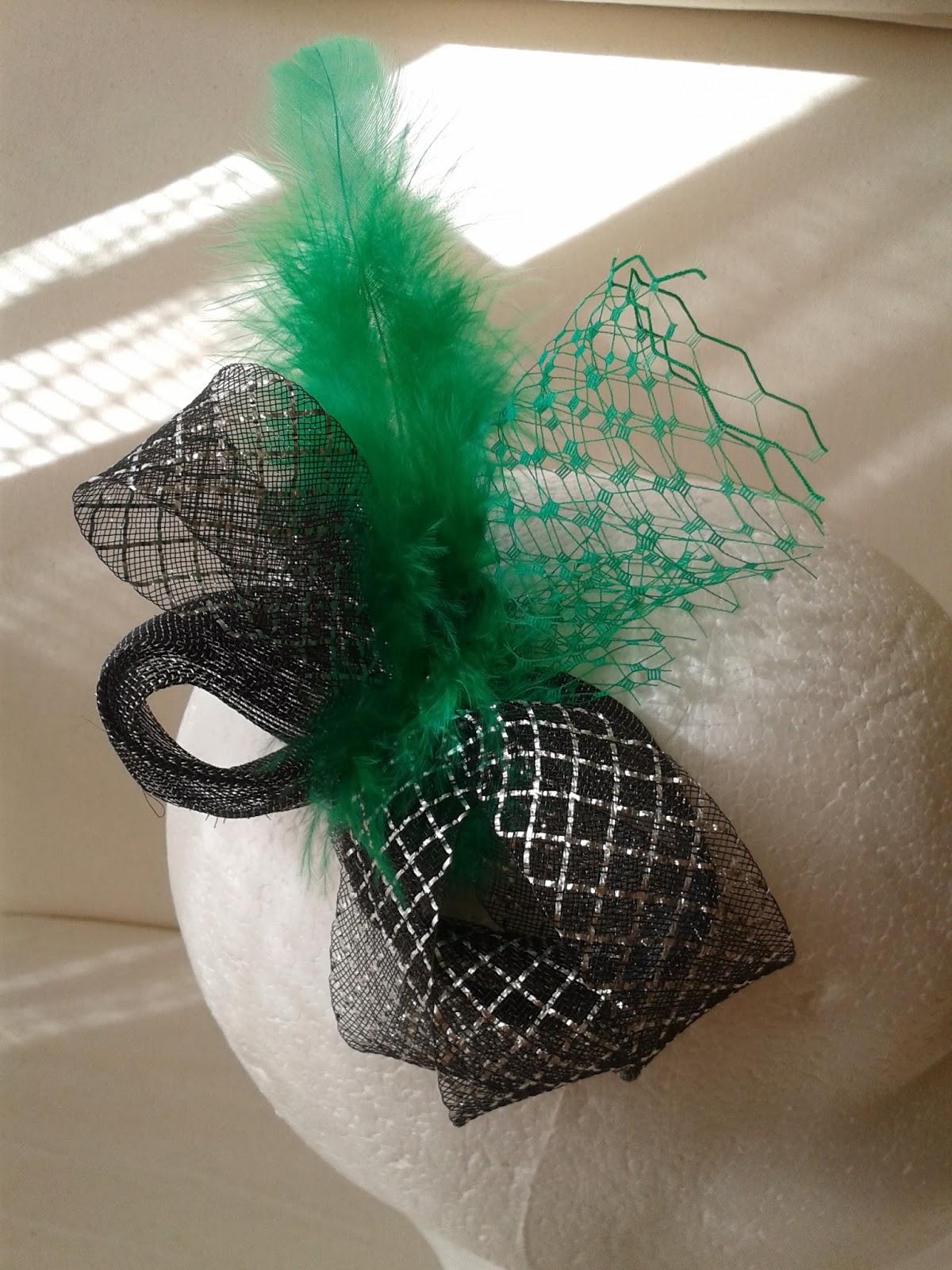 tocado barato, tocados económicos, tocado color plata, tocado color verde, plumas verdes