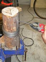 Enrolar a verguinha de aço em volta de um roliço