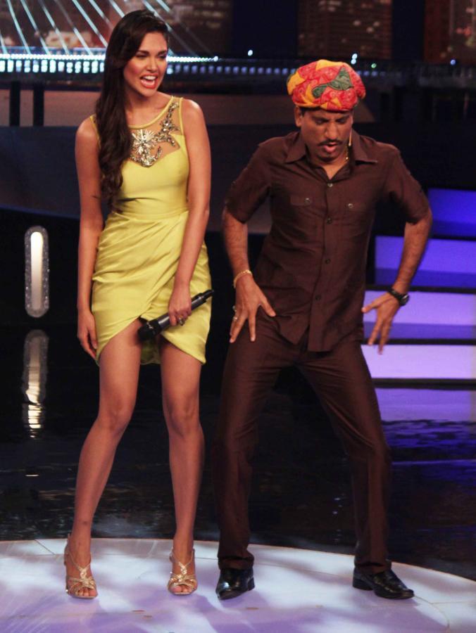 esha gupta on the sets of laugh india laugh photo gallery