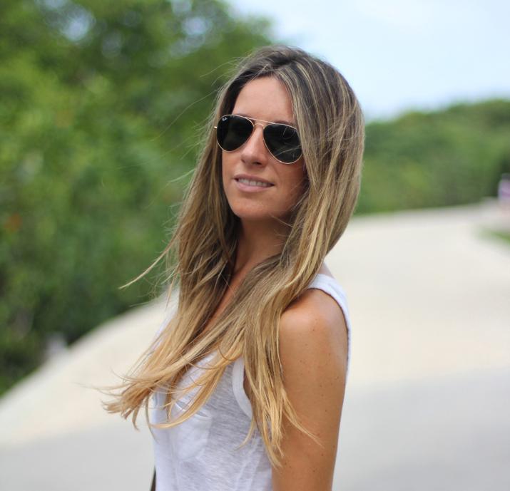 Bloguera de moda México con falda larga, camiseta básica blanca y gafas aviador de Ray-Ban