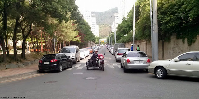 Minusválido coreano en moto