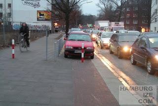 Kieler Straße: Radweg zu Parkplätzen