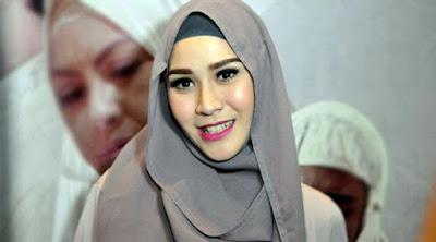 5 Artis Yang Banting Setir Jadi Desainer Pakaian Muslim