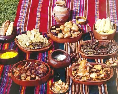 Pachamanca servido en ollas y fuentes de barro