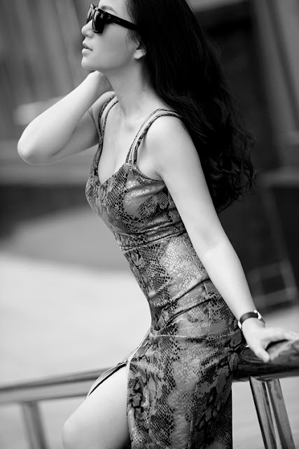 Sự kết hợp giữa vải thun và vải lưới cùng màu giúp mẫu váy liền thân, ôm sát body trở nên sexy hơn.