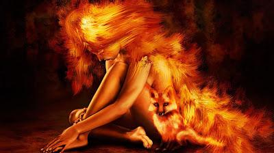 Mujer fuego acompañada de su mascota fiel