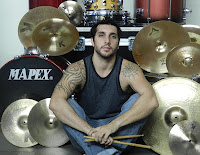 Foto de Luis Tripicchio sentado con su bateria