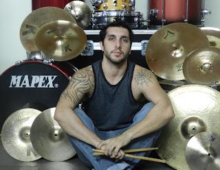 Luis Tripicchio sentado con su bateria