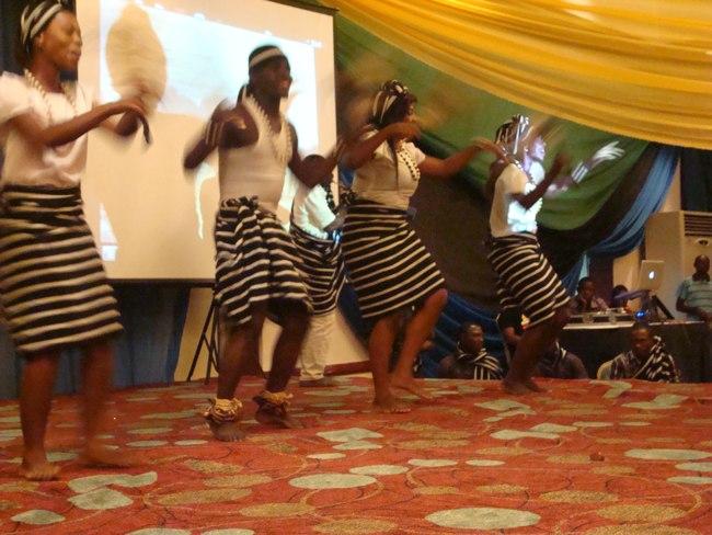 Kikundi cha  ngoma za asili cha Abuja Nigeria  kikitoa burudani ya ngoma katika tafrija kusheherekea miaka 50 ya Muungano wa Tanganyika na Zanzibar katika hoteli ya Serena jijini Abuja.