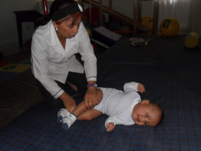 Ayudando a un bebe con Terapia Ocupacional en la Unidad Terapeutica Integral Bita