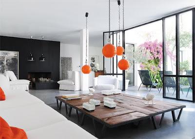 sala con detalles color naranja lamparas cojines