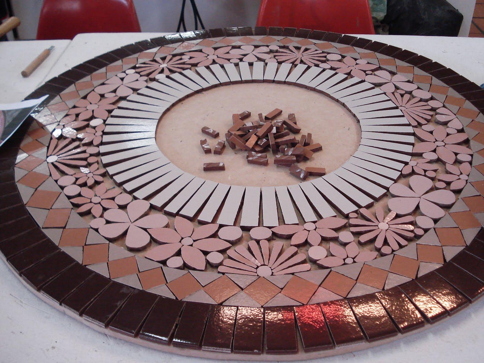 Trabalhos em mosaico mesa renda em ceramica for Mosaico ceramica