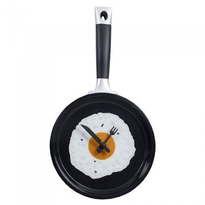 ساعة حائطية على شكل مقلاة