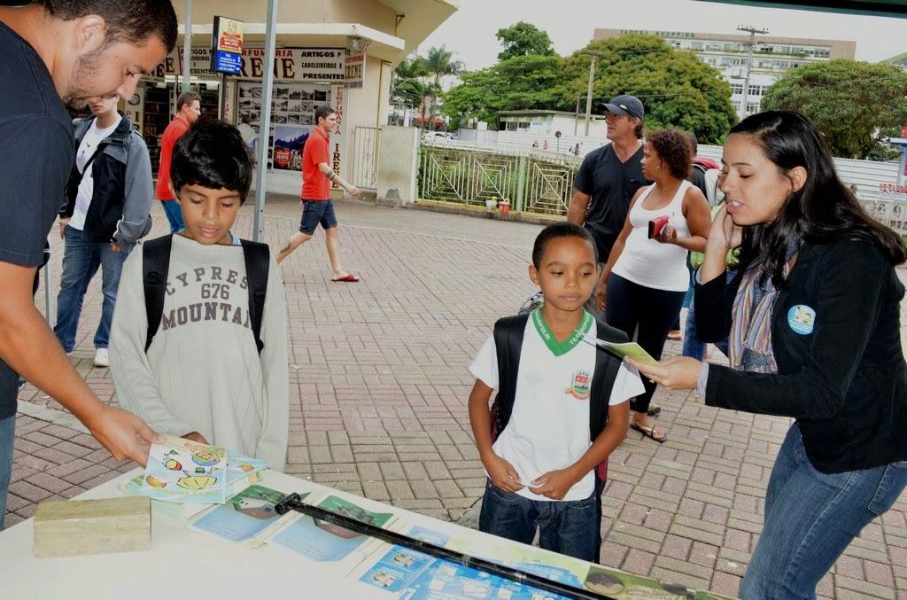 Funcionários da Prefeitura distribuem material explicativo sobre ações de preservação do meio ambiente