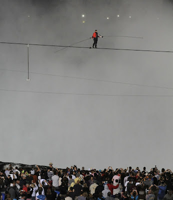 funambulista caminando sobre la cuerda floja en las cataratas del niagara junio 2012