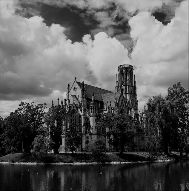 Stuttgarter Feuersee mit Blick auf die Johannes Kirche