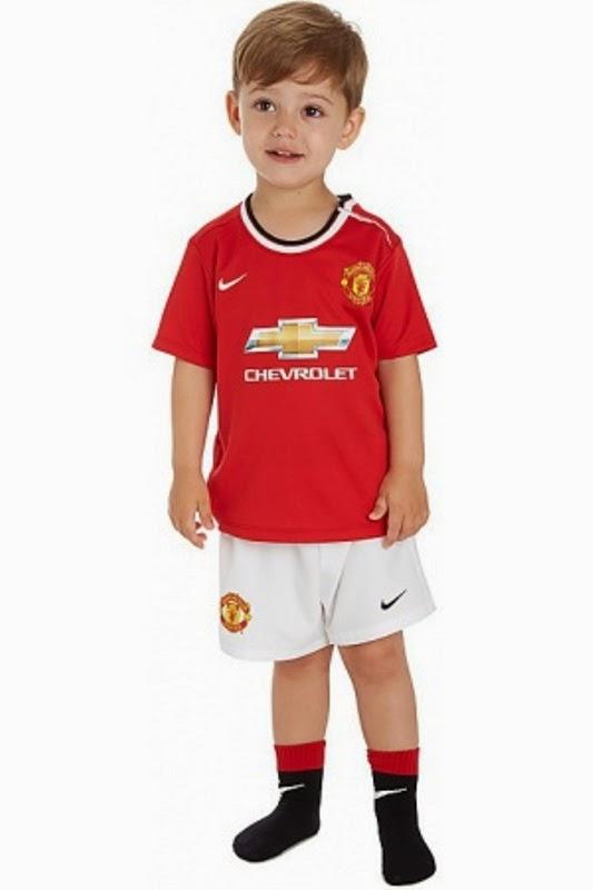 Foto bayi laki-laki pakai baju seragam sepak bola manchester united