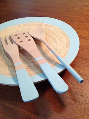 pintar y personalizar un plato y unos cubiertos de madera de bambú con pintura ChalkPaint