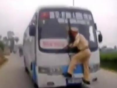 policia subido a un bus para detenerlo