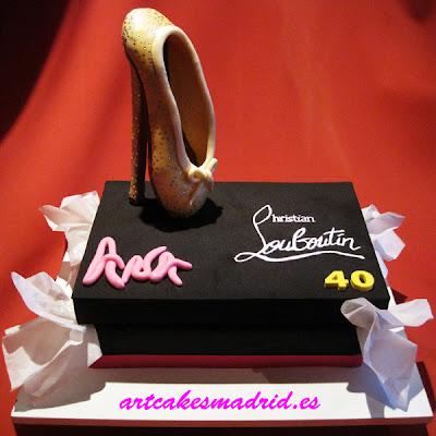 Tarta caja de zapatos muy especial con una zapatilla de ballet con tacón de aguja y brillantes de Swarovsky