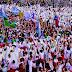 Multidão dança para receber Papa Francisco